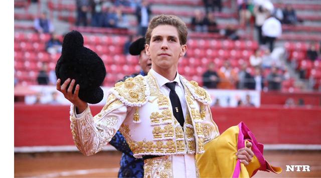 Ginés Marín dando la vuelta al ruedo tras despachar al toro de su confirmación en La México (FOTO:NTR Toros)