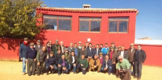 Los socios que visitaron la ganadería de Daniel Ruiz posan en la plaza de tientas
