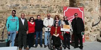 María Luisa recogiendo el cheque de manos de miembros de la directiva de la A.P.T. Talarrubias