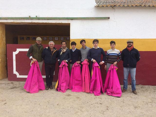 Alumnos de la Escuela Taurina de Badajoz posan junto al ganadero en la placita de la ganadería de Calejo Pires