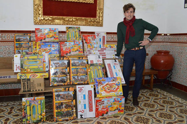 Tomás Angulo dona juguetes a Aprosuba y Cáritas (FOTO: Paco Campos)