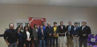 Los galardonados junto con los miembros de la Peña Taurina de Talarrubias y autoridades locales y provinciales