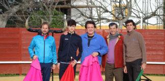 El Soro tras el entrenamiento compartido con los banderilleros Fernando González e Ismaél Jiménez y el hijo de este último, el novillero Ismáel Jiménez Rojas.