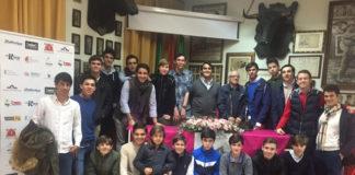 Los alumnos de la Escuela Taurina de Badajoz en su visita al Club Taurino Extremeño