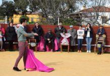 Fernando Flores dirigiéndose a los aficionados del Taller de toreo práctico