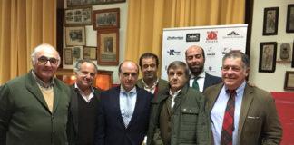 José Manuel Pires Da Costa acompañado de su forcados y del presidente del Club Taurino