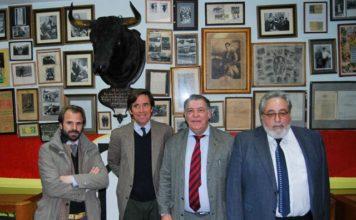Los dos conferenciantes junto a Fernando Valbuena, que ejerció de moderador, y Mateo Giralt, presidente del CTE de Badajoz (FOTO: Ambrós)