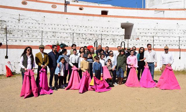 Participantes y familiares psoando en la foto final del Taller de Aficionados Prácticos de Badajoz