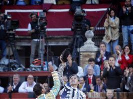 Antonio Ferrera y José Manuel Montoliú brindando al cielo tras poner banderillas en La Maestranza (FOTO:Toromedia)