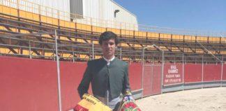 El joven novillero con los trofeos conseguidos al proclamarse vencedor del Bolsín Villa de Candeleda