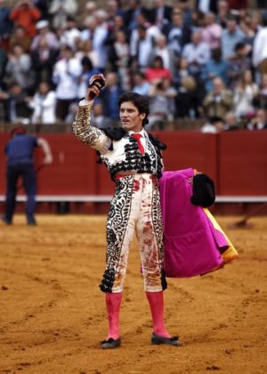 José Garrido mostrando el trofeo conseguido (FOTO: Toromedia)