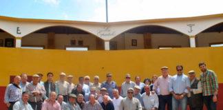 Los socios de la peña 'Media Verónica' posando en la plaza de tientas de Los Espartales