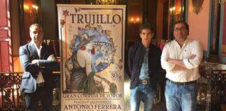 El empresario Joaquín Domínguez y el torero Ginés Marín en el acto de presentación del cartel de Trujillo