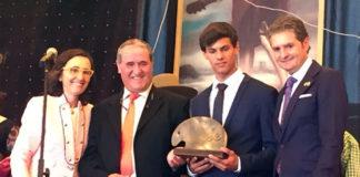 Carlos Domínguez posando junto a Rafael González 'Chiquilín' en la entrega del trofeo que lleva su nombre