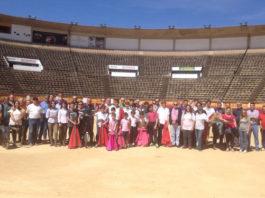 Los participantes de la jornada de puertas abiertas y toreo de salón junto a los maestros Reina y Cartujano