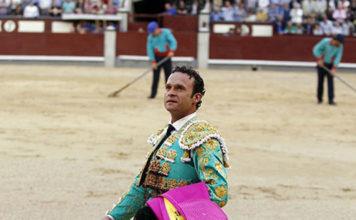 Antonio Ferrera dando la vuelta con la oreja ganada a ley en Las Ventas (FOTO: Plaza1)