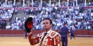 Antonio Ferrera dando la vuelta al ruedo en Sevilla con el semblante serio por perder las orejas con la espada (FOTO: Toromedia)