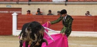 El banderillero Jesús Díez 'Fini' colocando un toro de su matador en la plaza de toros de Los Barrios la tarde de su reaparición. (FOTO:@laliturgia)