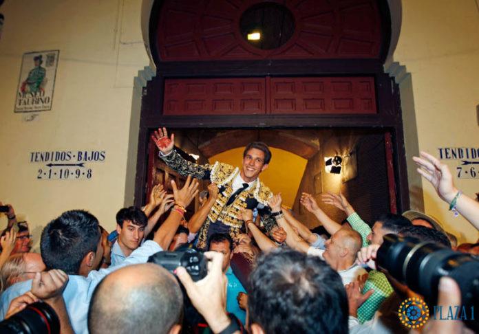 Ginés Marín saliendo a hombros de la Monumental de Las Ventas (FOTO: Plaza 1)