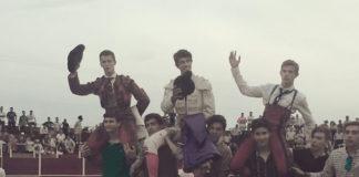 Los tres novilleros salen a hombros de la plaza de toros de Entrín Bajo