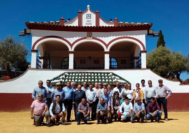 Miembros de la peña 'Media Verónica' de Herrera del Duque en la ganadería de Cayetano Muñoz