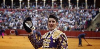 Alejandro Talavante saludando a la afición tras cortar la oreja de su primero (FOTO:Toromedia)