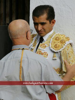 Andrés Cruz, capellán de la plaza, saluda a Adame