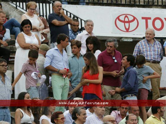 El Juli rodeado de amigos junto con la mujer de Garrido