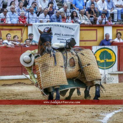 Curro Sanlúcar agarrándose con la espuela
