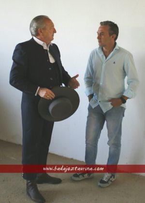 El torilero Ángel Cruz pregunta a Encabo que tal tiempo hace en Madrid