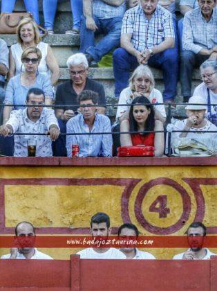 El banderillero Fernando González en el exilio del tendido con su novia