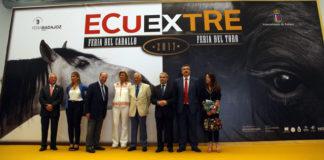 Paco Camino rodeado de las autoridades locales y regionales en la inauguración de ECUEXTRE
