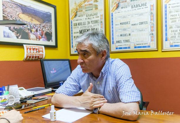 José Cutiño respondiendo a la entrevista de Badajoz Taurina en las oficinas de la plaza de toros de Badajoz