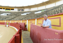 José Cutiño en el burladero de la empresa desde el que lleva viendo los toros en Badajoz desde el año 2000