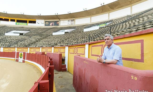 José Cutiño en el burladero de la empresa desde el que lleva viendo los toros en Badajoz desde el año 2000