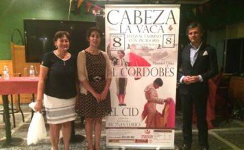 La alcaldesa y la teniente de alcalde de Cabeza la Vaca junto al empresario Jorge Buendía