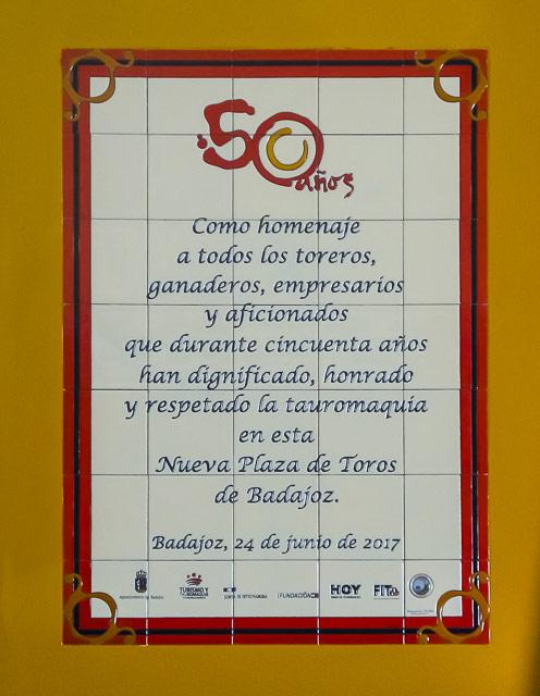 Mosaico que desde hoy decora las paredes de la plaza de toros de Badajoz en conmemoración del 50 aniversario de su construcción