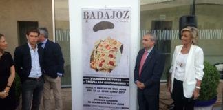 Autoridades y taurinos posan ante el cartel presentado esta tarde en el Fuerte de San Cristóbal