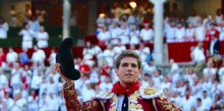 Ginés Marín paseando en hombros por el coso de Pamplona tras su actuación del día 12 de julio que le ha valido para erigirse en triunfador de la Feria del Toro 2017