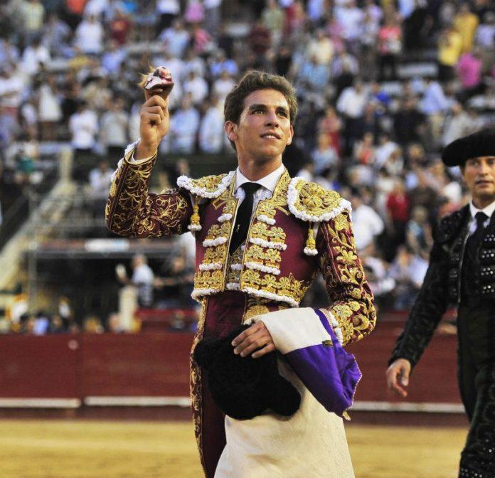 Ginés Marín dando la vuelta con la oreja cortada en Valencia (FOTO: Rullot)
