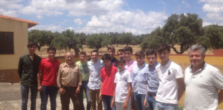 Los alumnos junto al ganadero tras la faena de herradero
