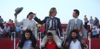 Los tres rejoneadores saliendo a hombros en Santa Amalia