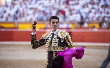 Talavante dando la vuelta al ruedo en Pamplona con la oreja de su primer Cuvillo. (FOTO: Javier Arroyo-Aplausos)