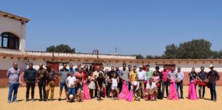 Los integrantes del taller de aficionados prácticos junto a otros aficionados en la plaza de tientas de Peñasblancas (FOTO: Paco Pimienta)