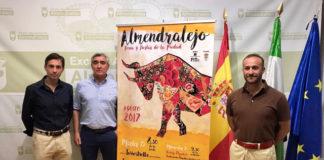 José Cutiño y las máximas autoridades de Almendralejo junto al cartel de la feria de La Piedad 2017
