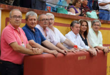 De izquierda a derecha: José Luis Calatayud, Antonio Nieto (jefe de equipo)Pedro de la Cruz, Vicente Caballero, Julio Carmona, Inmaculada Sánchez y Luis Carlos Franco, en el burladero de la plaza de toros de Badajoz (FOTO: Gallardo)