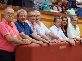 De izquierda a derecha: José Luis Calatayud, Antonio Nieto (jefe de equipo)Pedro de la Cruz, Vicente Caballero, Julio Carmona, Inmaculada Sánchez y Luis Carlos Franco, en el burladero de la plaza de toros de Badajoz (FOTO: Gallardo)