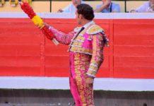 Antonio Ferrera brindando en Bilbao el par de banderillas con los colores de España que segundos después declinó colocar por la intransigencia de unos pocos. (FOTO: TOROSTV)