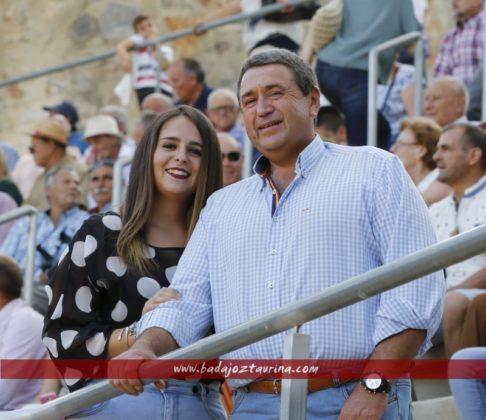 Noelia Asencio y su padre, ganaderoa del concurso de Facebook