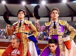Los dos espadas saliendo a hombros de Don Benito (FOTO: FIT)